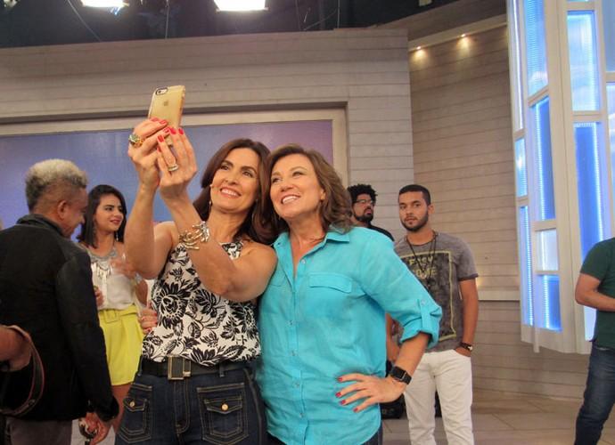 Fátima tira selfie com a especialista em edução, Andrea Ramal (Foto: Carolina Morgado/Gshow)