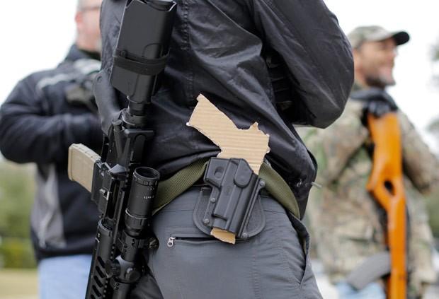 Legislação atual permite fuzis ou escopetas em público, mas não pistolas (Foto: Eric Gay/AP)
