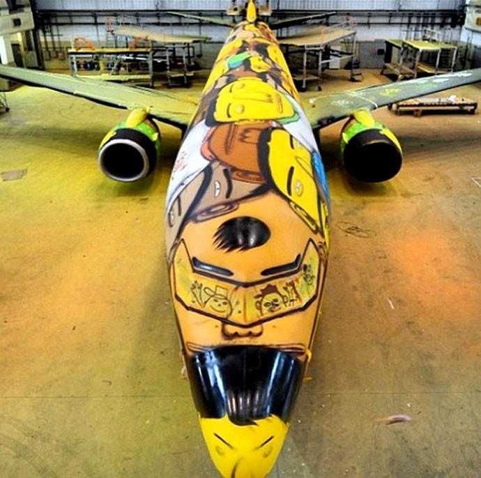 avião Seleção Brasileira pintado arte Dos Gêmeos (Foto: Reprodução / Instagram)