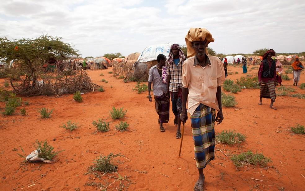 Pessoas afetadas pela seca na Etiópia são vistas em campo de deslocados em Werder, em foto de 9 de junho (Foto: Chris Stein/AFP)