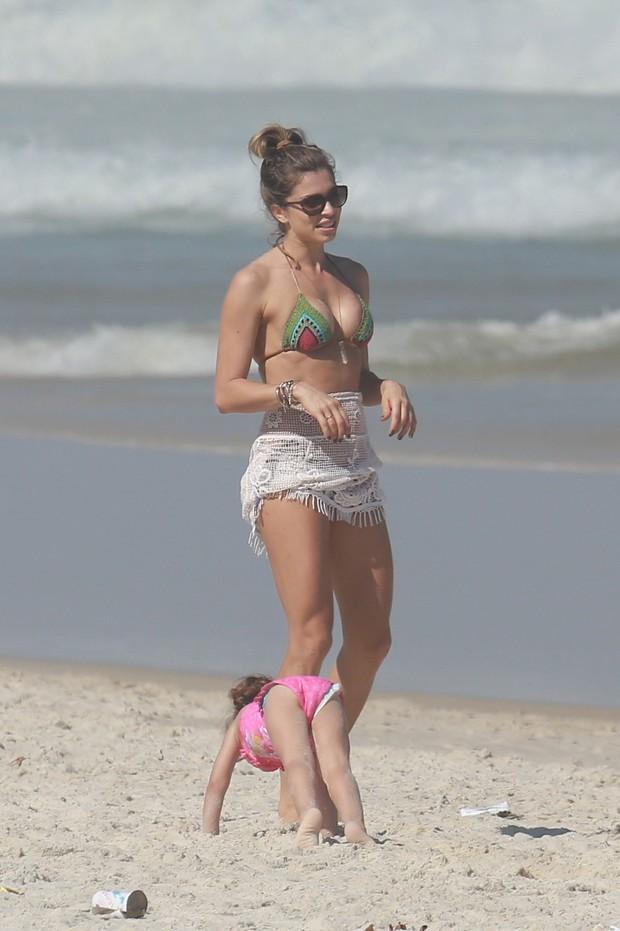 Grazi Massafera na praia com a filha Sofia (Foto: Dilson Silva/ AG. News)
