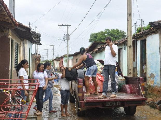 Servidores públicos ajudam na retirada das famílias.  (Foto: Assessoria de Comunicação/ Prefeitura de Araçuaí)