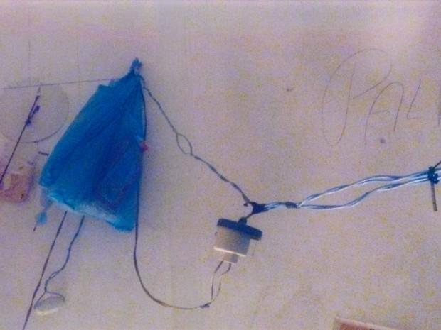 Instalações elétricas inadequadas na delegacia de Penalva (Foto: Divulgação)