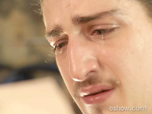Ferdinando não consegue conter as lágrimas (Foto: Meu Pedacinho de Chão/TV Globo)