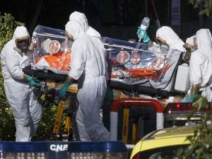 O missionário espanhol Miguel Pajares, infectado com o vírus ebola na Libéria, retornou nesta quinta-feira (7) a Madri, a bordo de um avião militar, e se tornou o primeiro paciente da doença a ser repatriado para a Europa. (Foto: Ignacio Gil-ABC/Reuters)