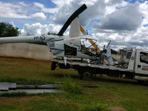 Helicóptero foi retirado com ajuda de um guincho (Foto: Reprodução/ TV TEM)
