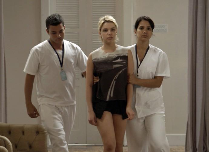Belisa escapa de clínica psiquiátrica (Foto: TV Globo)