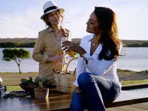 Celeste conta a Isabel que tem amante (Foto: Amores Roubados/TV Globo)