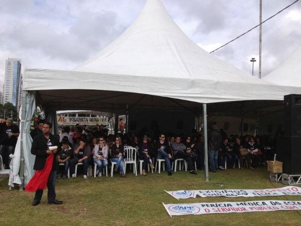 Professores e funcionários de escolas da rede estadual de ensino do Paraná se reuniram nesta quarta-feira (24) em frente ao Palácio Iguaçu, em Curitiba (Foto: Luiz Fernando Martins / RPC TV)