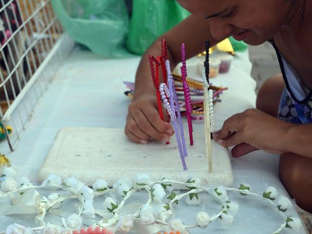 Camila utiliza um isopor para fixar algumas tiaras produzidas por elas (Foto: Dani Fechine/G1)