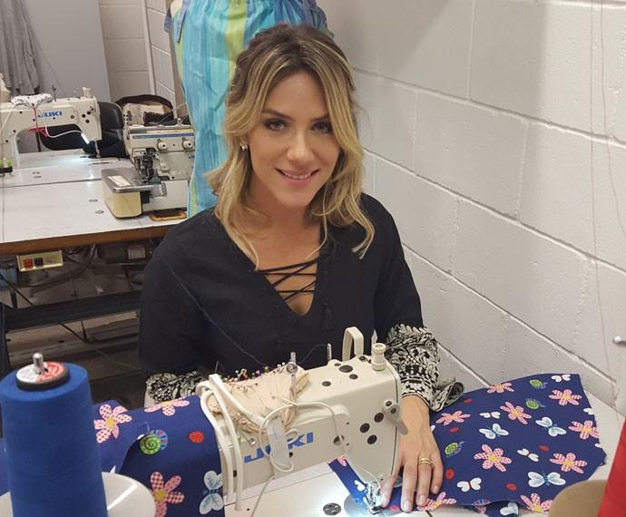 Giovanna Ewbank mostra habilidade ao costurar vestido  (Foto: Rogério Zaidem/ Gshow)