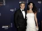 Com George Clooney, Amal desfila barriguinha de gravidez em prêmio