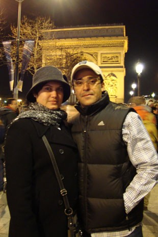 Virgínia e o marido em Paris no Ano Novo de 2011 (Foto: Virgínia Chagas/Arquivo pessoal)