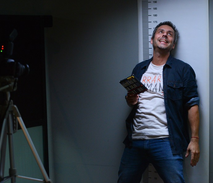 Alexandre Nero brinca no intervalo das gravações da prisão de Romero (Foto: Pedro Carrilho/ Gshow)