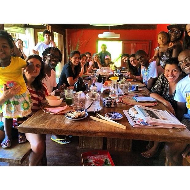 Regina Casé almoça com amigos (Foto: Instagram / Reprodução)