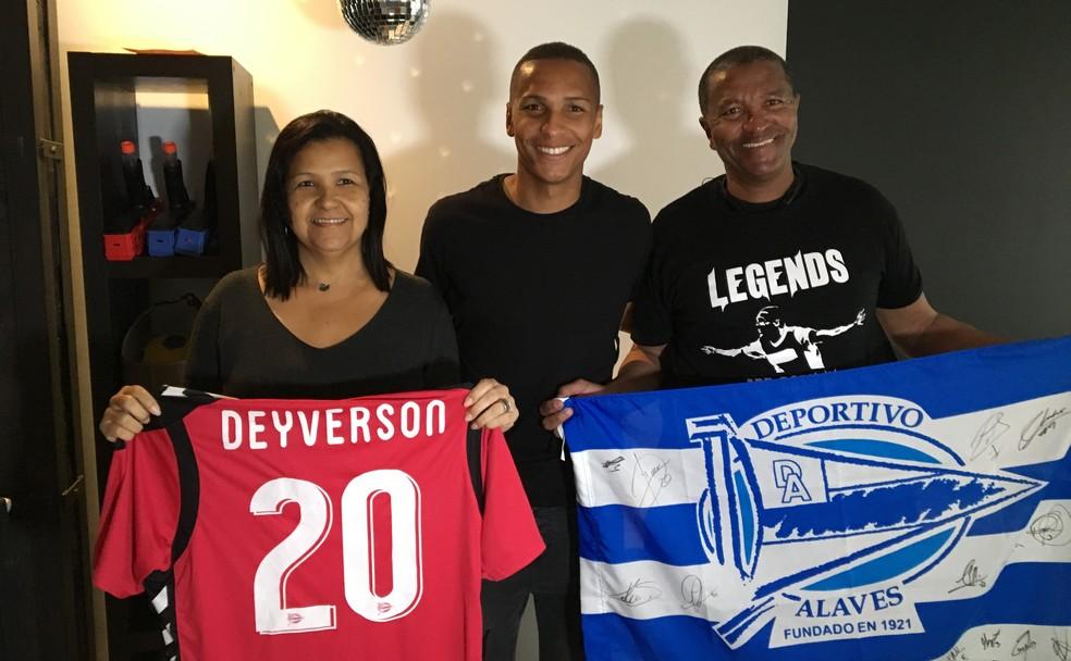 Deyverson é muito ligado aos pais e os trouxe para morar junto dele na Espanha (Foto: Ivan Raupp)