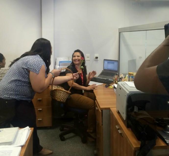 Renata chegou de surpresa nos departamentos da TV TEM (Foto: Gabriela Cardoso / TV TEM)