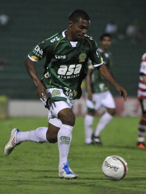 Oziel, lateral direito do Guarani, enfrenta o Linense (Foto: Rodrigo Villalba / Memory Press)