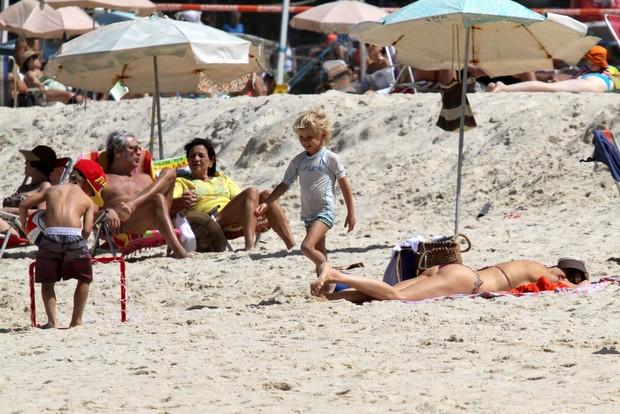 Fernanda Lima com os filhos na praia (Foto: Wallace Barbosa / AgNews)