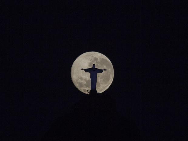 Fotógrafo registrou a lua atrás do Cristo Redentor no fim da madrugada (Foto: Marcello Cavalcanti / Arquivo pessoal)