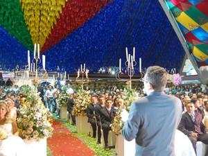 Casamento coletivo aconteceu na Pirâmide do Parque do povo na noite desta quarta-feira (12), véspera de Santo Antônio (Foto: Taiguara Rangel/G1)