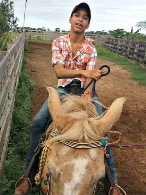 Vinícius Afonso Maia, de 13 anos, na UTI há uma semana por causa das crises (Foto: Arquivo da família)