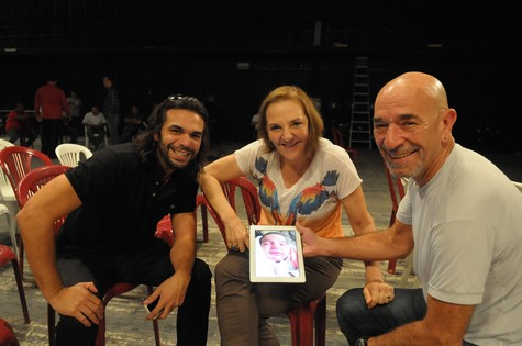 Denise del Vecchio, entre Luiz Guilherme e Felipe Cardoso (Foto: MUNIR CHATACK')