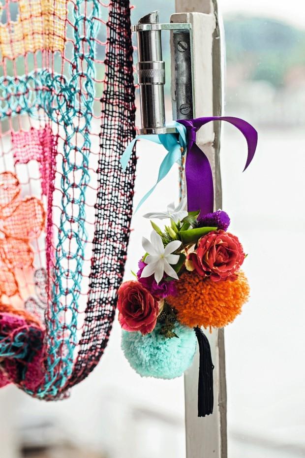 Na janela. Pompons misturados com flores e fitas, criação de Tatiana Boschilia, enfeitam um ponto que geralmente fica esquecido no décor (Foto: Casa e Comida)