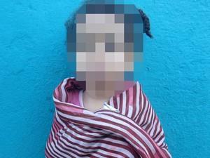 Menina foi encontrada na rua após o crime (Foto: Arquivo Pessoal)