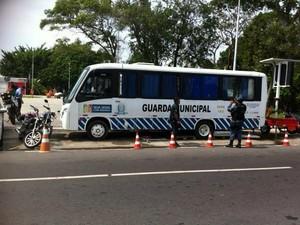 Ônibus foi alvo de tiros (Foto: Vandré Fonseca/TV Amazonas)