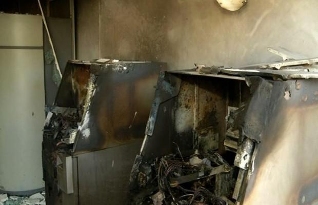 Caixas eletronicos ficaram completamente destruídos após explosão em Valparaíso de Goiás (Foto: Reprodução/TV Anhanguera)