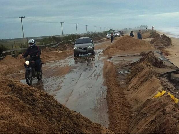 Ondas cehgaram a invadir a pista nas imediações do Lagamar (Foto: Divulgação/ Superintendência de Comunicação)