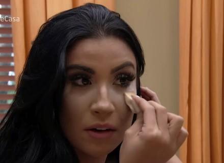 Bianca Andrade ensina truques com talco para make e cabelo