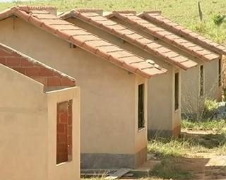 Obras em conjunto habitacional estão paradas em Paty do Alferes (Foto: Reprodução Bom Dia Rio)
