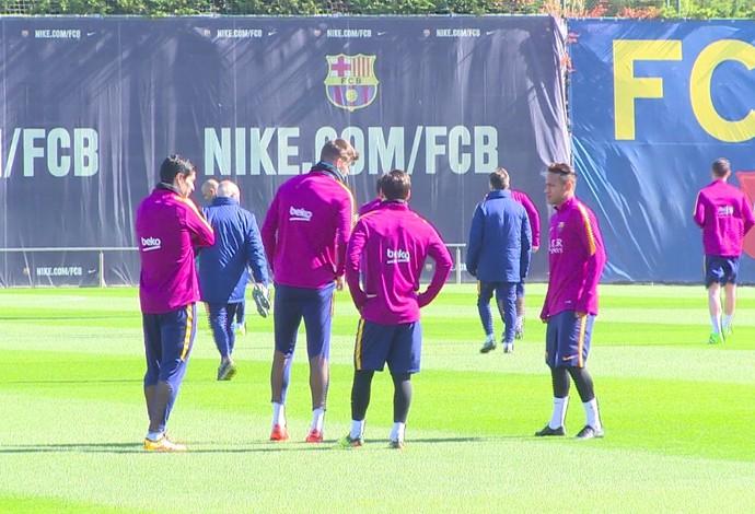Neymar conversa com Messi, Suárez e Piqué no treino desta sexta (Foto: Ivan Raupp)