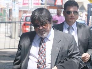22.nov.2012 - Lúcio Adolfo e Tiago Lenoir, advogados de Bruno, chegam ao Fórum de Contagem para acompanhar o quarto dia de júri popular (Foto: Maurício Vieira/G1)