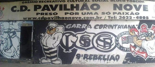 Fachada da sede da torcida organizada Pavilhão 9  (Foto: Reprodução / Wikicommons)