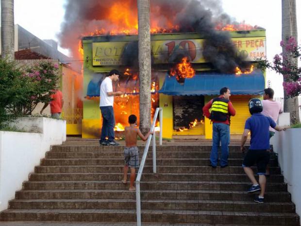 Incêndio destruiu loja de roupas em Itápolis (Foto: Daniela Oliveira/TEM Você)