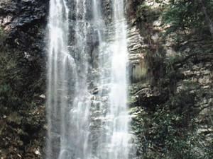 Cachoeira tem queda d'água de mais de 30 metros (Foto: Site Prefeitura Grão Mogol)