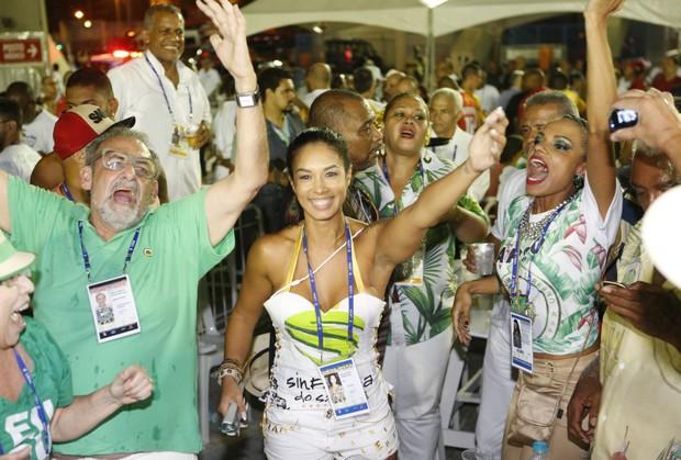 Milena Nogueira festeja título do Império Serrano (Foto: Marcos Serra Lima / EGO)