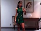 Paula Fernandes posa para selfie de vestido justo e curtinho