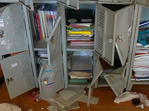Armários foram revirados na escola arrombada (Foto: Reprodução/RBS TV)