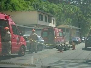 Motociclista fica ferido em colisão contra carro em Petrópolis (Foto: Divulgação/Grupo Trânsito Repórter)