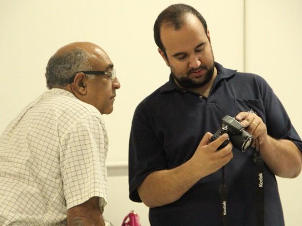 Ao lado do professor, Paulo tira dúvidas sobre o equipamento (Foto: Jéssica Balbino/ G1)