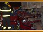 Carro bate na traseira de caminhão e  motorista fica em estado grave em SC