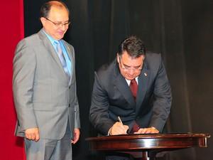 Governador assinou documento durante a cerimônia (Foto: Antônio Carlos Mafalda/SECOM)