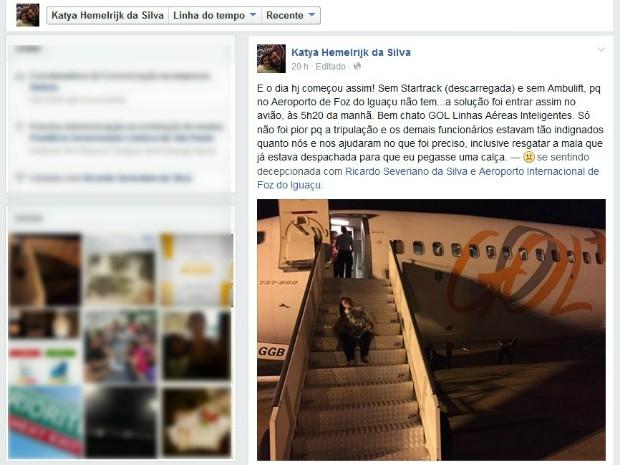 Katya postou na internet a foto em que aparece sentada na escada da aeronave e fala sobre a dificuldade para embarcar (Foto: Reprodução / Internet)