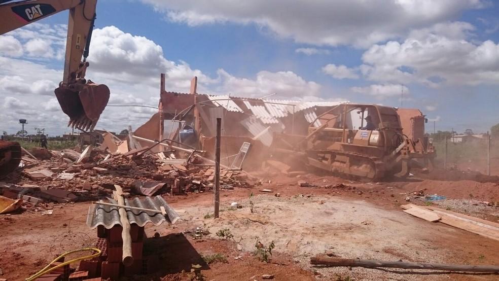 Tratores fazem derrubada em casa construída no assentamento 26 de setembro (Foto: Agefis/Divulgação)