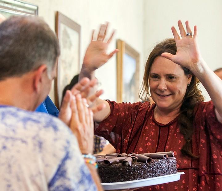 Elizabeth Savala completa 61 anos e ganha bolinho surpresa da equipe da novela (Foto: Artur Meninea/Gshow)