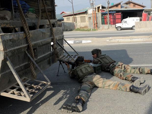 Soldados indianos tomam posição no local onde ocorreu ataque com três mortes na Caxemira (Foto: Rouf Bhat/AFP)